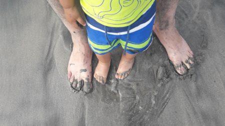 laisser bébé marcher pieds nus